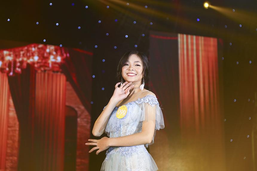 Thí sinh Trịnh Thị Phương Oanh cũng gây ấn tượng nhờ vẻ ngoài xinh xắn và nụ cười luôn thường trực trên môi. Nữ sinh ngành Quản trị khách sạn đã giành điểm 8,5 từ MC Xuân Hiếu và 8 của Hòa hậu Khánh Ngân.