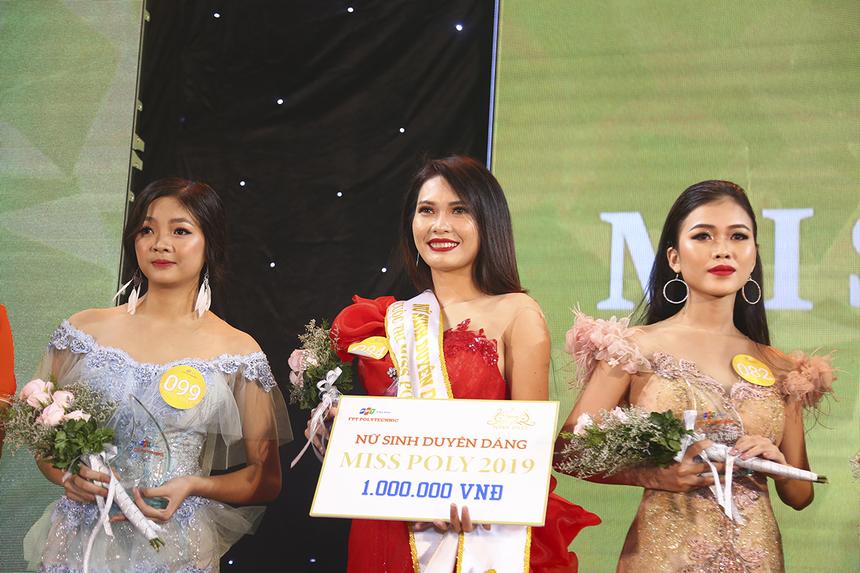 """Thí sinh Nguyễn Thị Tuyết Nghi đến từ ngành Quản trị Kinh doanh đã nhận giải thưởng """"Nữ sinh duyên dáng"""" trị giá 1 triệu đồng."""