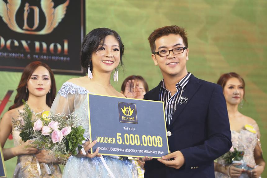 Cô nàng nhỏ nhắn Trịnh Thị Phương Oanh nhận được giải thưởng Người đẹp Dạ hội nhờ phần thi trình diễn Trang phục Dạ hội được 8,1 điểm từ ban giám khảo.