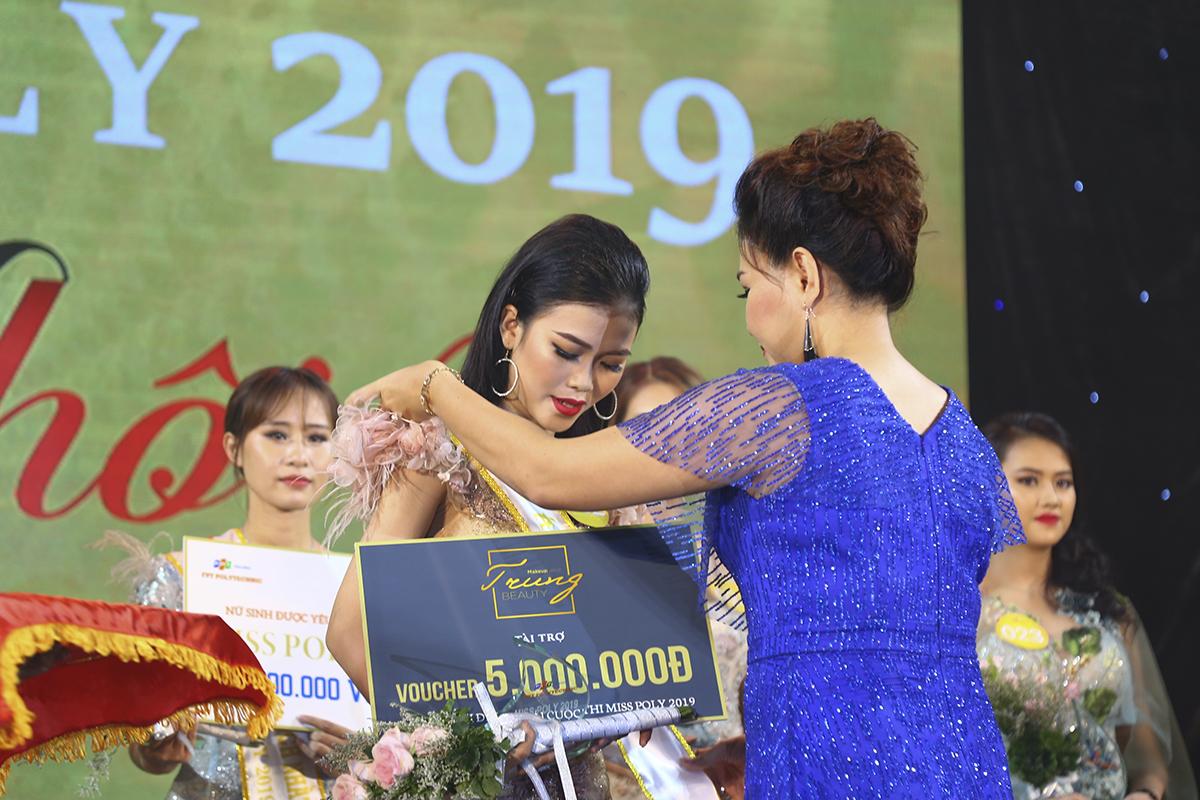 MC Minh Hiếu trao danh hiệu Á khôi 2 cho thí sinh Trần Thị Yên. Ở phần thi ứng xử, cô được cả 3 giám khảo đồng loạt chấm 8 điểm. Trong khi tổng điểm 3 phần thi đầu tiên là 23,92 điểm.