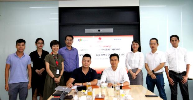 Anh Trần Hoàng Giang (bên trái) đại diện ký thỏa thuận hợp tác với phía đối tác. Ảnh: ĐVCC