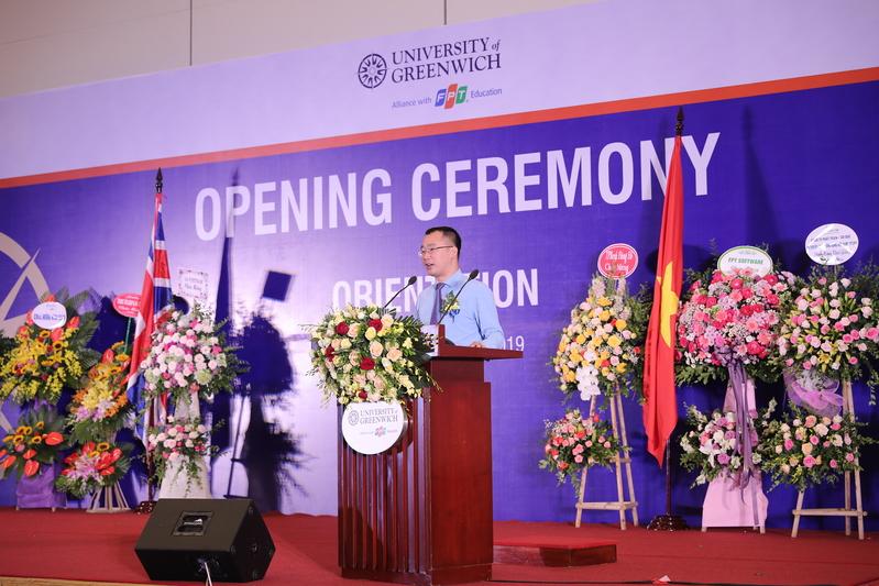 """Anh Lê Anh Tuấn – Giám đốc Đại học Greenwich (Việt Nam) phát biểu chào đón tân sinh viên trong năm học mới. Anh nhấn mạnh, nhà trường sẽ hỗ trợ hết mình để các bạn có những trải nghiệm, giao lưu, kết nối không chỉ giữa sinh viên, toàn thể cán bộ giảng viên mà còn với các doanh nghiệp, nơi sinh viên sẽ thực tập và làm việc trong tương lai. """"Các sinh viên hãy đi và tự trải nghiệm,đừng sống trong thế giới ảo mà hãy phát triển dựa trên công nghệ"""", anh nhấn mạnh."""