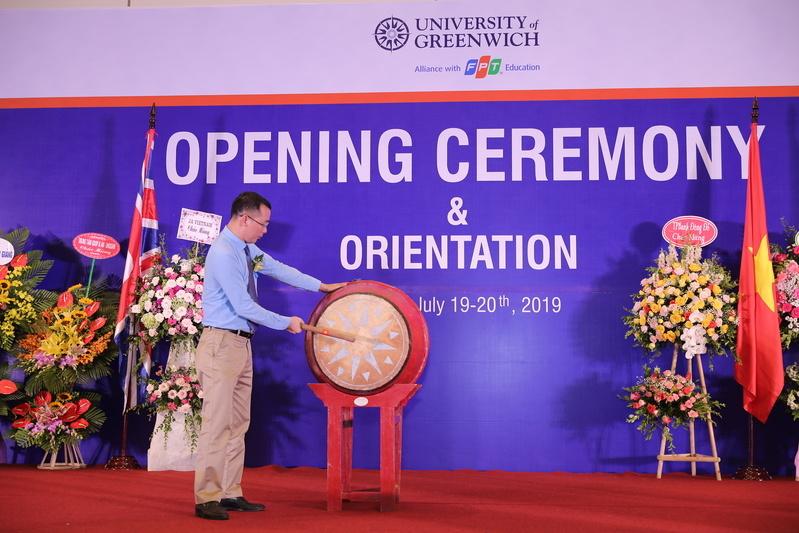 Anh Lê Anh Tuấn – đại diện Ban giám hiệu nhà trường đánh những hồi trống giòn giã khai giảng năm học mới, chào mừng tân sinh viên về với ngôi nhà chung Greenwich (Việt Nam).