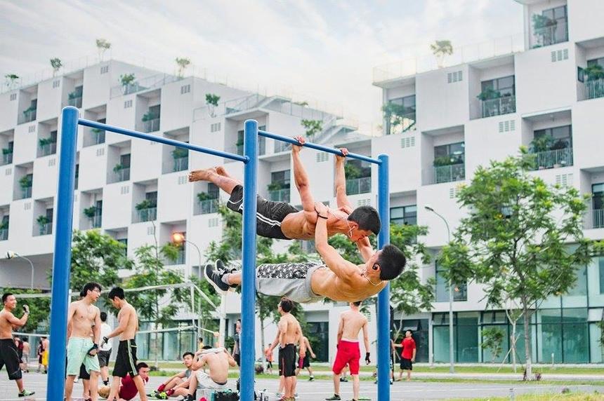CLB FU Street Workout (FUSW)nổi tiếng với dàn hotboy 6 múi cuồn cuộn cơ bắp đầy cuốn hút. Mỗi khi các anh chàng này cùng nhau xuất hiện trên các sân khấu sự kiện lại khiến khán giả dậy sóng.