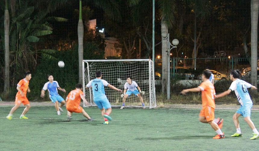 Tối 25/7 tại sân Tuyên Sơn, TP Đà Nẵng, đội tuyển FPT Software (áo cam) bước vào trận bán kết hạng Seri A gặp đối thủ Hybrid Technologies. Được đánh giá cao hơn nhưng đại diện FPT đã vấp phải sự kháng cự quyết liệt đến từ đối thủ.