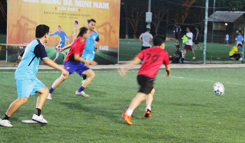Ở bán kết Seri B, một đại diện khác là FPT DPS (áo xanh) đã có trận đấu kịch tính trước VBPO. Bị dẫn trước ngay ở phút 6 nhưng các chàng trai áo xanh đã thi đấu ngoan cường.