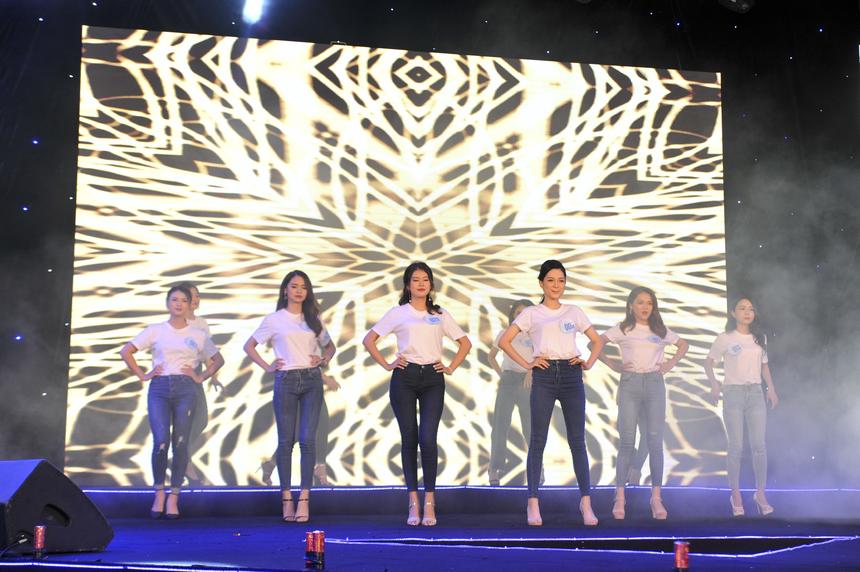 Dàn thí sinh Miss Poly Hà Nội xuất hiện trong trang phục áo trắng, quần jean đơn giản và tự tin bước vào phần thi giới thiệu bản thân. Khán giả liên tục hò reo, cổ vũ cho từng thí sinh.