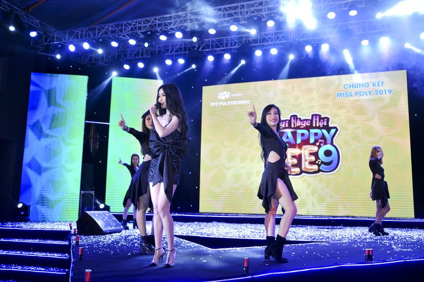 Bích Phương là vị khách mời tiếp theo làm bùng nổ sân khấu Happy Bee 9. Nhan sắc xinh đẹp và đôi chân dài miên man của nữ ca sĩ khiến khán giả không thể rời mắt.