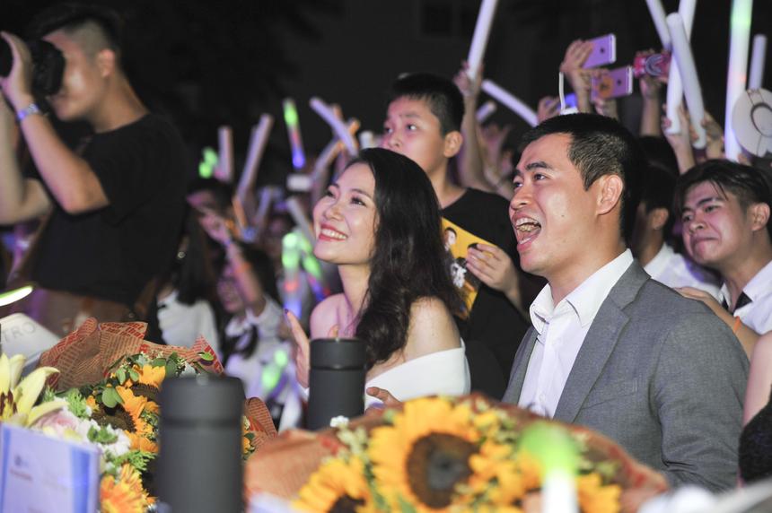 Giám đốc FPT Polytechnic Vũ Chí Thành và Trưởng phòng Công tác Sinh viên ĐH FPT Phạm Tuyết Hạnh Hà không thể ngồi yên trên ghế nóng. Hai vị giám khảo nhún nhảy, hò reo suốt phần biểu diễn của Jack và K-ICM.