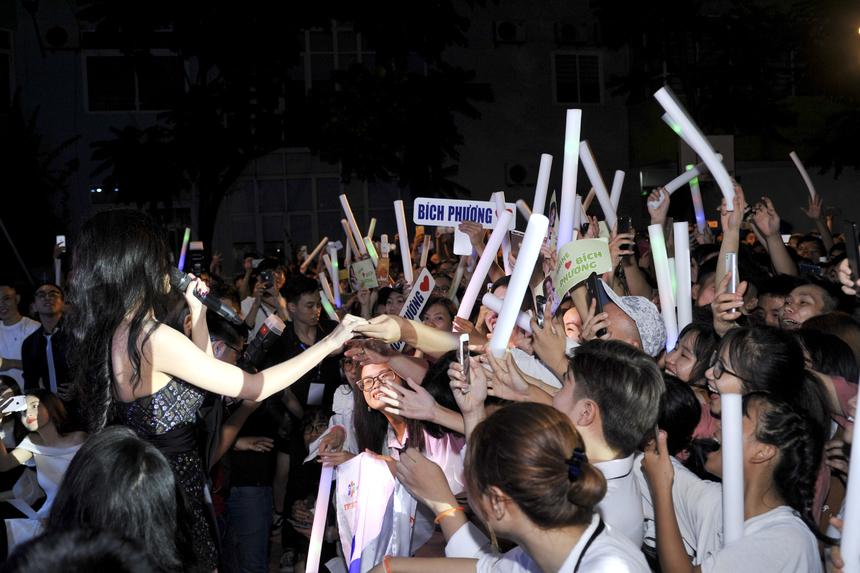 """Bích Phương mang đến 3 bản ca khúc đã làm nên tên tuổi cô là """"Mình yêu nhau đi"""", """"Bao giờ lấy chồng"""" và """"Bùa yêu"""". Rất đông người hâm mộ của Bích Phương đã có mặt tại Happy Bee 9 và liên tục cổ vũ nhiệt tình từ đầu đến cuối chương trình."""