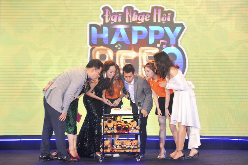Anh Vũ Chí Thành cùng các vị khách mời thổi nến mừng sinh nhật 9 tuổi của FPT Polytechnic.