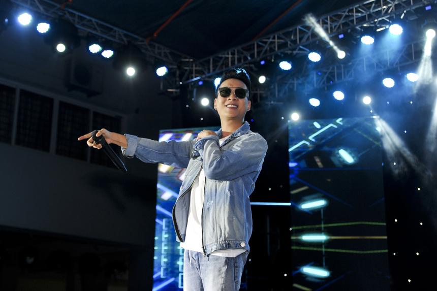 Justa Tee là khách mời thứ 3 góp mặt. Trước đó, anh cũng đồng hành cùng Happy Bee 9 tại 3 tình/thành khác là Đà Nẵng, TP HCM và Cần Thơ.