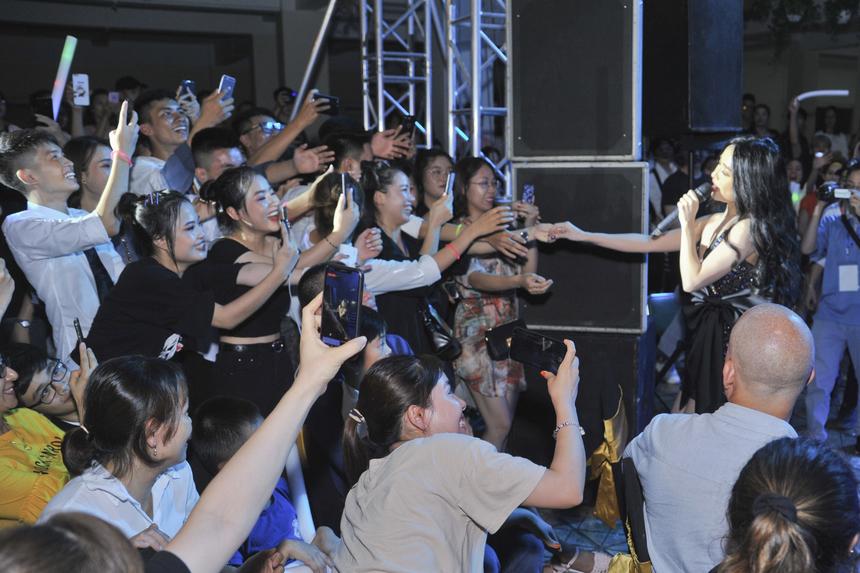 Nữ ca sĩ không ngại bước xuống sân khấu và bắt tay từng khán giả.