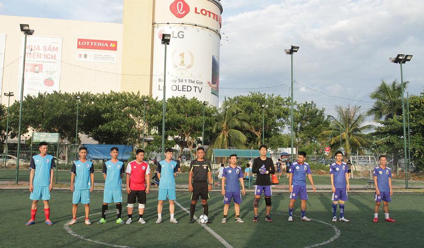 Chiều nay (27/7), giải bóng đá DIT Cup 2019 bước vào lượt trận thi đấu cuối cùng trên sân Tuyên Sơn, TP Đà Nẵng. Ở Seri B, FPT DPS (bên trái) đụng độ SBC trong trận chung kết.