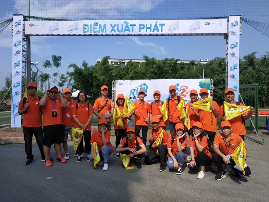 Từ 15h ngày 26/7, 14 tình nguyện viên (TNV) của giải chạyTogether we run-Run for green chia thành 8 nhóm đứng tại điểm chốt của 2 chặng đua. Nhóm TNV có nhiệm vụ hỗ trợ VĐV, đảm bảo đường chạy hoạt động suôn sẻ.