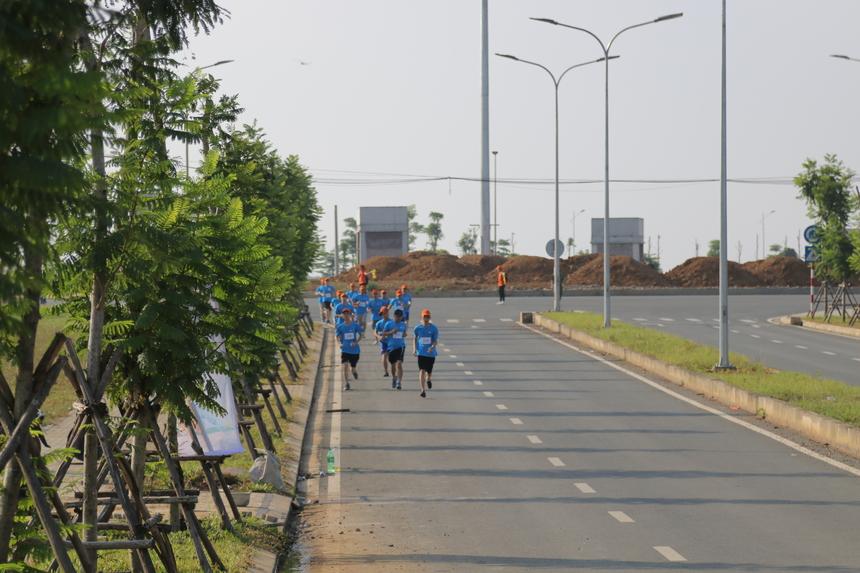 Cung đường rộng, thoáng nhưng thiếu bóng cây xanh. Trong đoàn chạy xuất hiện nhiều gương mặt mệt mỏi, đặc biệt là VĐV nữ. Nhiều người đã phải đi bộ khi chưa chạy đến 1 km.