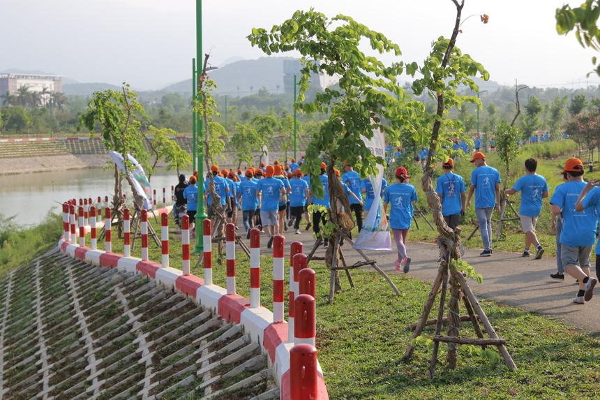 Hầu hết VĐV đăng ký tham gia ở cự ly 3,9 km. Lúc này thời tiết ở Hòa Lạc không nắng gắt, nhiệt độ khoảng 34 độ C