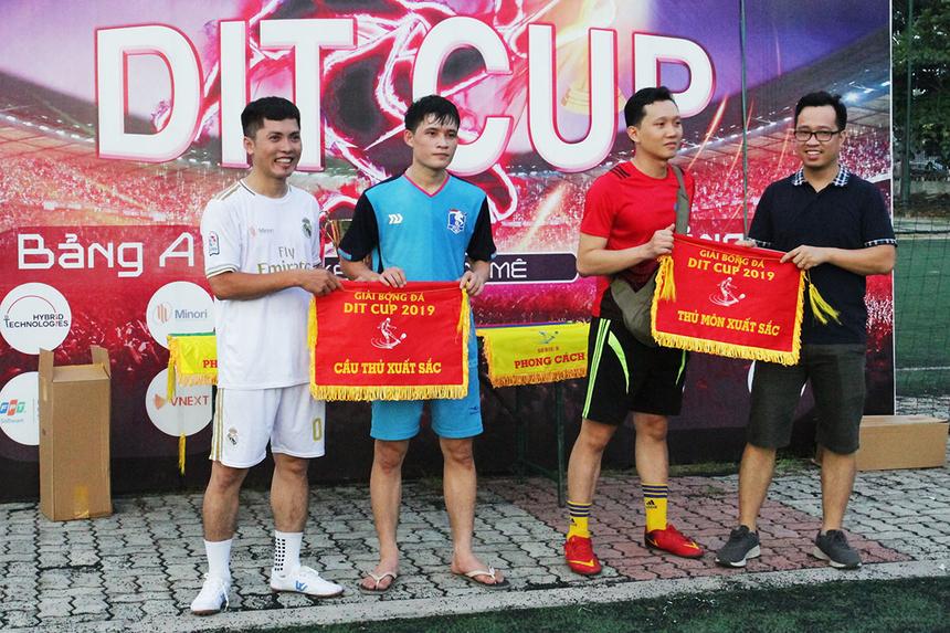 DIT Cup 2019 tổ chức chương trình bế mạch và trao giải. Ở danh hiệu cá nhân, Hữu Tính, đội bóng FPT DPS (áo xanh), xuất sắc giành Cầu thủ xuất sắc nhất.