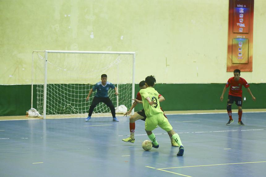 Tình huống đi bóng bên cánh trái của số 9 Minh Triều bên phía PNC. Cùng với Văn Nhơn và Thái Phương, đây là một trong hai cầu thủ thi đấu nổi bật của đội Phương Nam.