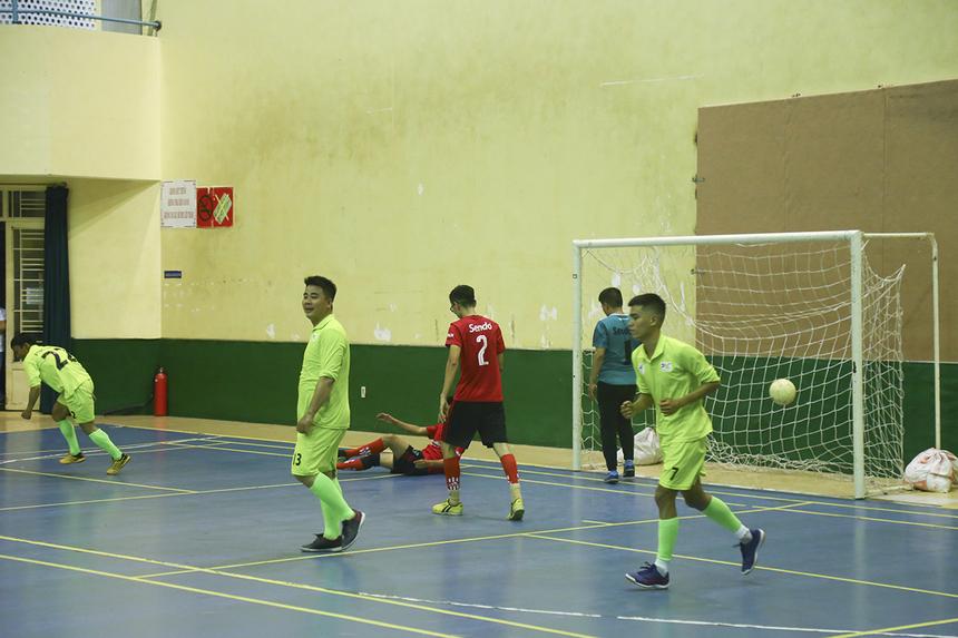 Chỉ 5 phút sau, tỷ số đã là 2-0 khi cầu thủ vào sân thay người số 22 Nguyễn Quang Kỳ có pha dứt điểm chính xác trong vòng cấm. Mặc dù, Sen Đỏ cố gắng vùng nhưng việc không giữ được cự ly đội hình khiến họ nhận thêm bàn thua thứ 3 ở phút 38 từ pha làm bàn của Dương Thái Phương.