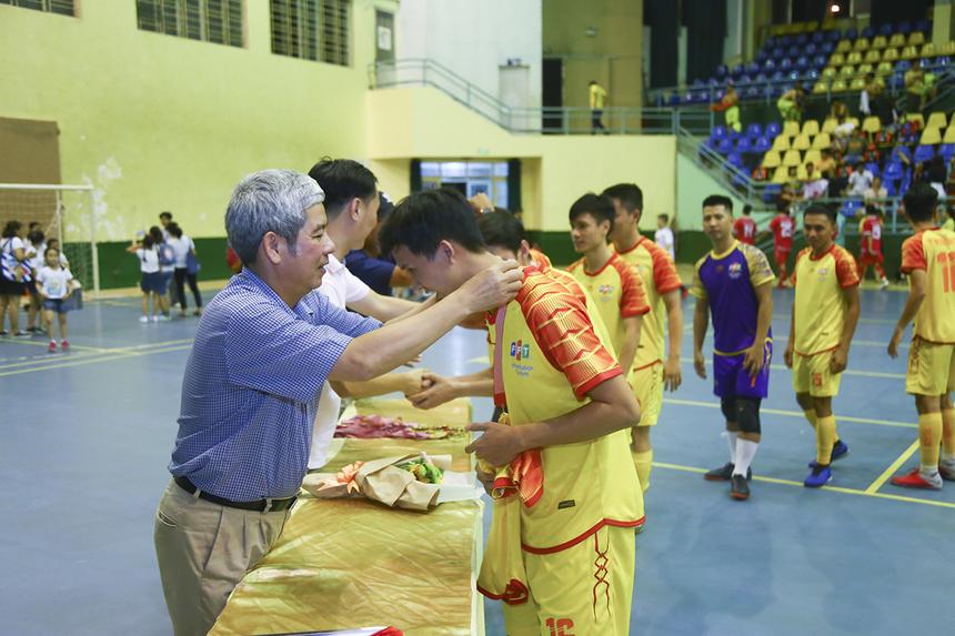 Anh Nguyễn Tuấn Hùng và anh Nguyễn Hoàng Linh - Phó TGĐ FPT Telecom trao huy chương vàng cho các cầu thủ FPT IS. Với chức vô địch năm 2019, đại diện đội bóng cho biết ban lãnh đạo FPT IS đã thưởng nóng các cầu thủ ngay trên sân.