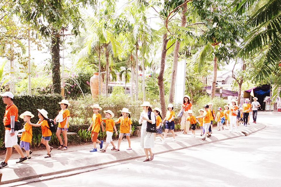 Sau khi trải nghiệm làng rau Trà Quế, 60 FPT Small khu vực miền Trung tiếp tục hành trình về với làng gốm Thanh Hà, TP Hội An vào chiều 27/7. Mất khoảng 15 phút di chuyển, đoàn đã có mặt tại làng gốm nằm bên sông Thu Bồn.