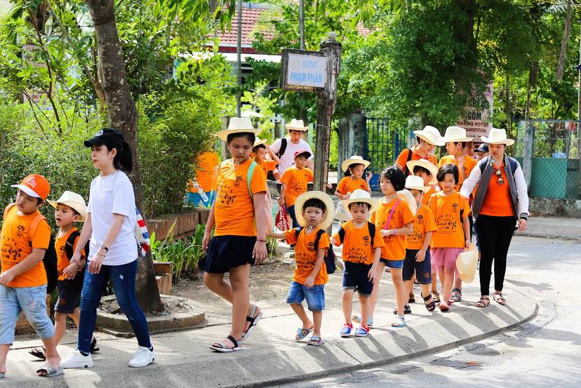 """Cháu Phạm Trường Phát (6 tuổi) cảm thấy vui vẻ vì biết nhiều bạn mới và được đi chơi trong dịp hè. Cũng trong tháng 7, FPT đã tổ chức trại hè nội trú 3 ngày 2 đêm cho các FPT Small tại Hà Nội và TP HCM với nhiều hoạt động bổ ích, thú vị. Với chủ đề """"Global Passport"""" (hộ chiếu toàn cầu), trại hè nội trú được tổ chức cho FPT Small từ 11-15 tuổi, con của các CBNV đã ký hợp đồng tính đến ngày 15/5/2019. Chương trình do Công đoàn FPT phối hợp cùng Golden Path Academics (GPA) tổ chức. Trại hè nội trú khu vực Hà Nội diễn ra từ ngày 8-10/7 tại khu du lịch Làng Sỏi, Lạc Thủy, Hòa Bình. Sự kiện tương tự ở TP HCM diễn ra từ 12-14/7 tại khu nghỉ dưỡng Phương Đông, Nguyễn Chí Thanh, Vũng Tàu."""
