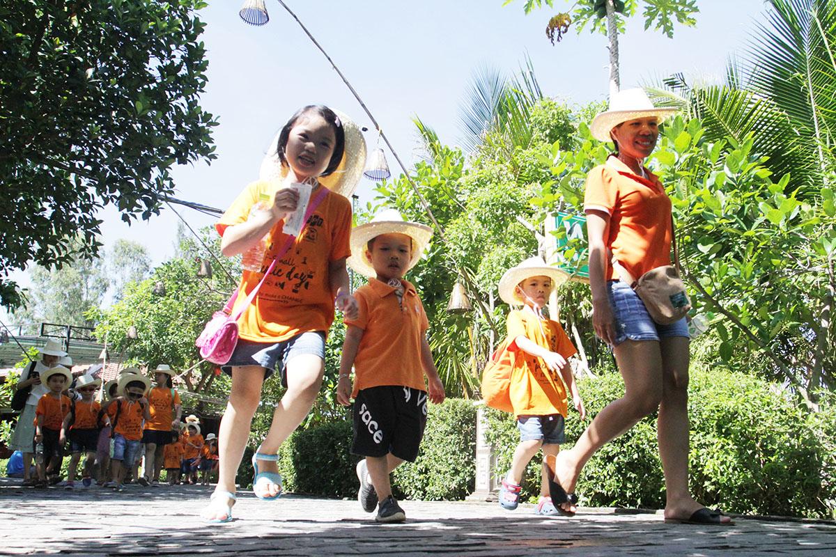 8h30, đoàn có mặt tại làng rau Trà Quế. Dưới dự hướng dẫn của đội ngũ Cộng tác viên (CTV), FPT Small di chuyển ra vườn. Dù thời tiết nắng nóng nhưng tình thần của các thành viên đều hăng say.