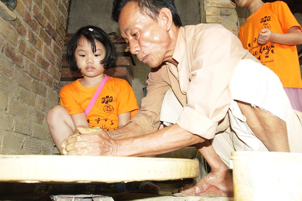 FPT Small học cách chuốt gốm - tạo dáng. Đây là nghệ thuật làm gốm, là tinh hoa và linh hồn của gốm Thanh Hà. Những sản phẩm gốm được tạo hình qua bàn tay khéo léo của nghệ nhân chính là ở công đoạn này. Tất cả dựa trên cảm giác và kinh nghiệm của người làm gốm, không có một khuôn thước định lượng nào.