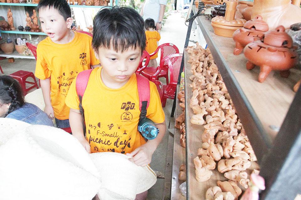 Cháu Lê Thanh Quý (10 tuổi) còn tranh thủ tham quan một số gian hàng quà lưu niệm. Bé cho biết mọi thứ ở đây đều rất đẹp và nhiều màu sắc.