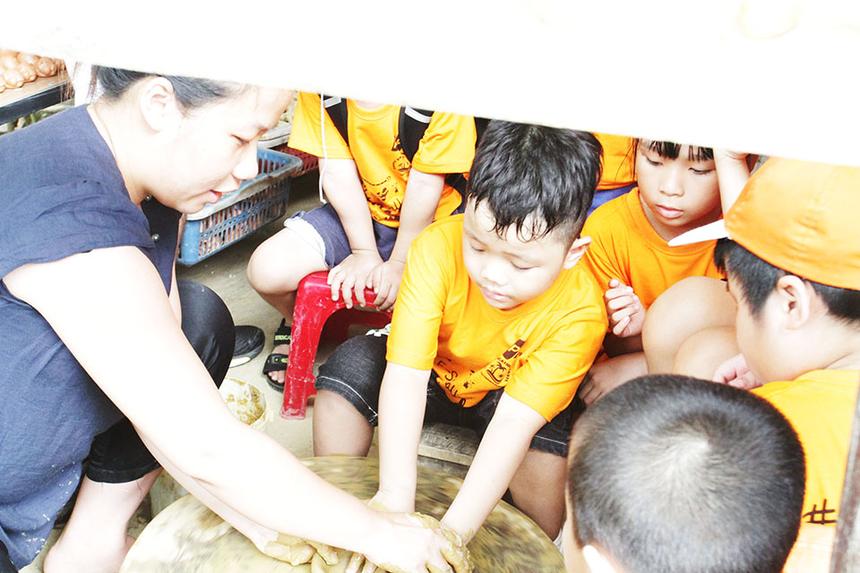 Do số lượng bé đông nên phải chia đoàn thành hai nhóm, thuận tiện cho việc trải nghiệm và hướng dẫn. Khi có cơ hội, FPT Small tranh thủ học vài cách làm cơ bản.