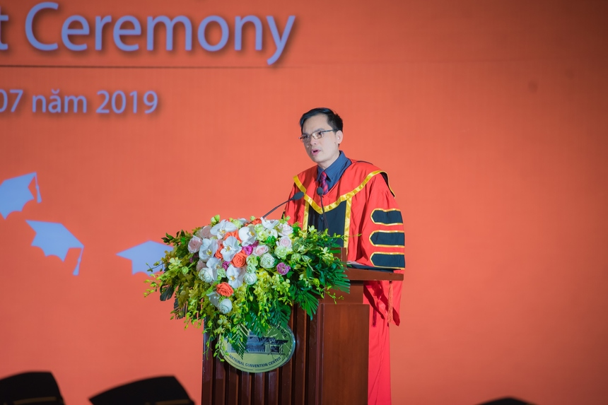 Đại diện Ban giám hiệu Trường Đại học FPT – TS. Nguyễn Việt Thắng chúc mừng 239 tân cử nhân tốt nghiệp trong buổi lễ.