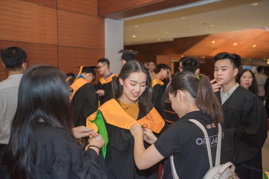 Các tân cử nhân và phụ huynh đến sớm check-in và chuẩn bị sẵn sàng cho buổi lễ. Lễ tốt nghiệp là sự kiện trọng đại và thiêng liêng đánh dấu mốc trưởng thành của mỗi sinh viên. Bởi thế, rất nhiều tân khoa đã đến từ rất sớm cùng người thân và bạn bè.