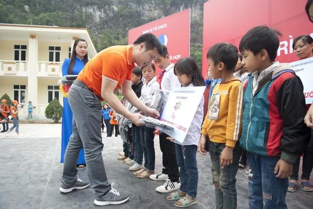 CEO FPT Nguyễn Văn Khoa đại diện trao góc học tập cho trẻ em tại Hà Giang.