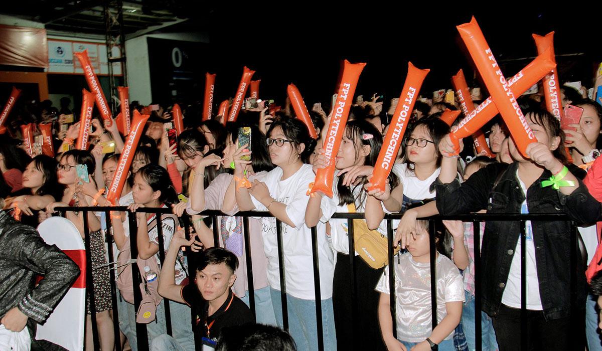 Sau Đà Nẵng, Cần Thơ, HCM và Hà Nội, đêm nhạcHappy Bee 9 tiếp tục diễn ra tại FPT Polytechnic Tây Nguyên vào tối ngày 28/7. Chương trình thu hút hàng nghìn khán giả trong và ngoài FPT đến xem thần tượng biểu diễn.