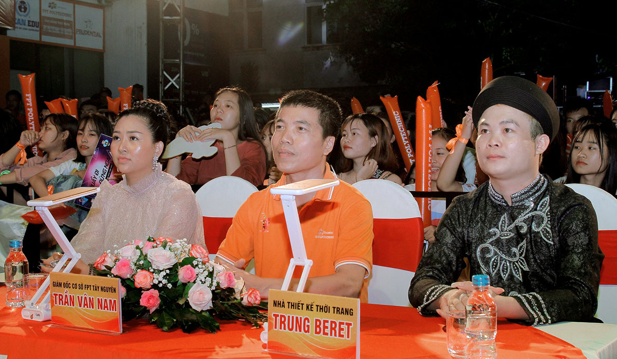 Bên cạnh giao lưu với ca sĩ khách mời, Happy Bee 9 còn chứng kiến cuộc thi Miss Poly Tây Nguyên (FPT Polytechnic). Ban giám khảo của cuộc thi gồm anh Trần Vân Nam (giữa), PGĐ FPT Polytechnic; nhà thiết kế Trung Beret và nhiếp ảnh gia Huỳnh Liên.