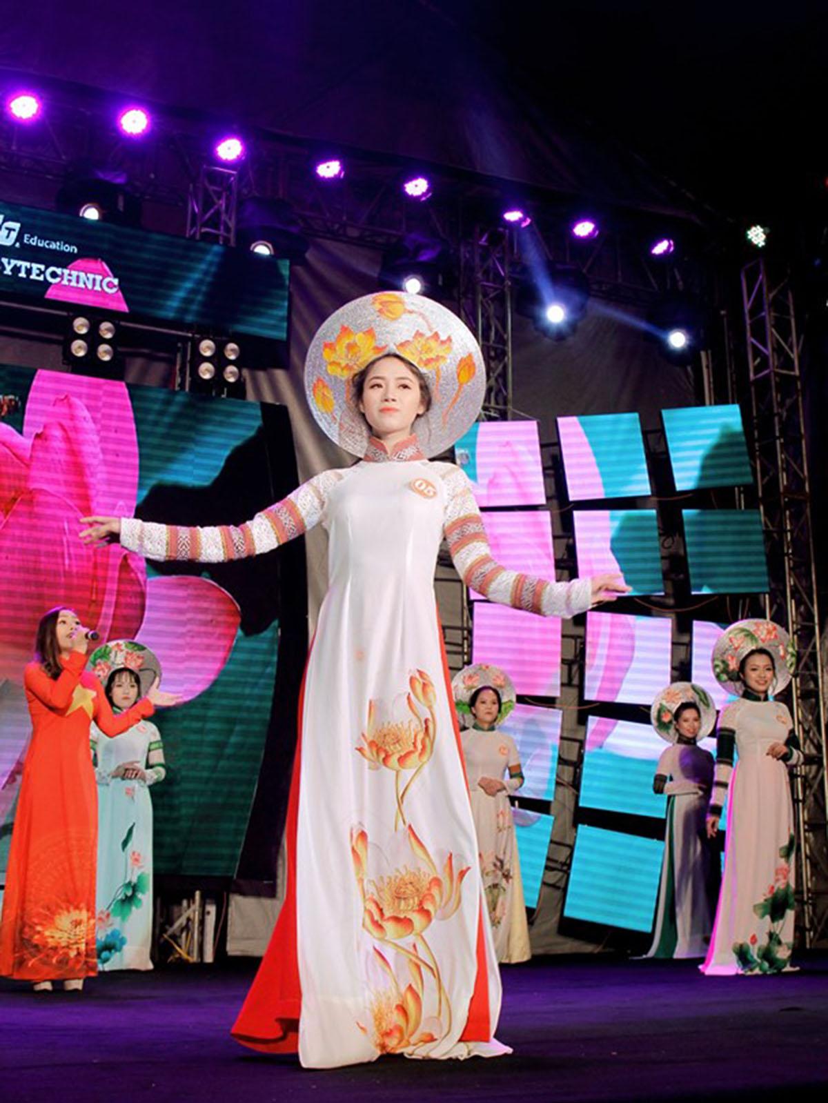 Các thí sinh lần lượt bước vào phần thi: Trang phục áo dài, trang phục dạ hội và ứng xử. Cuộc thi nhằm tìm kiếm gương mặt nữ sinh thanh lịch, năng động, bản lĩnh và tự tin đang theo học tại FPT Polytechnic Tây Nguyên.