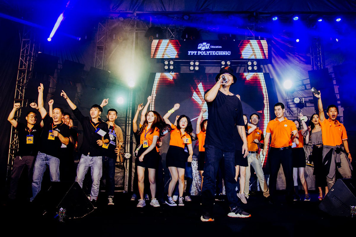 """Trong suốt chương trình, khán giả còn được thưởng thức với những tiết mục """"cây nhà lá vườn"""" đến từ chính các sinh viên cũng như cán bộ FPT Polytechnic Tây Nguyên."""