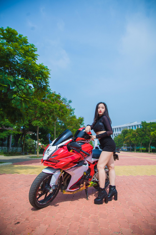 Người đẹp Dương Trà Mi (FSB Hà Nội) sở hữu gương mặt xinh đẹp, khả ái cùng diện bộ quaàn áo ngắn tạo nên phong cách đậm chất cá tính bên xe mô tô. Ngoài ra, 9x còn thích chụp ảnh, thể thao, dance, đọc sách, tổ chức sự kiện...