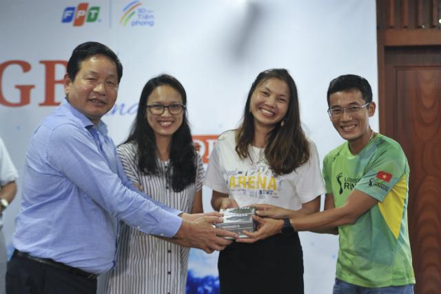 Anh Trương Gia Bình trao tượng trưng đồng hồ cho đại diện cộng đồng runner FPT. Ảnh: Ngọc Trâm