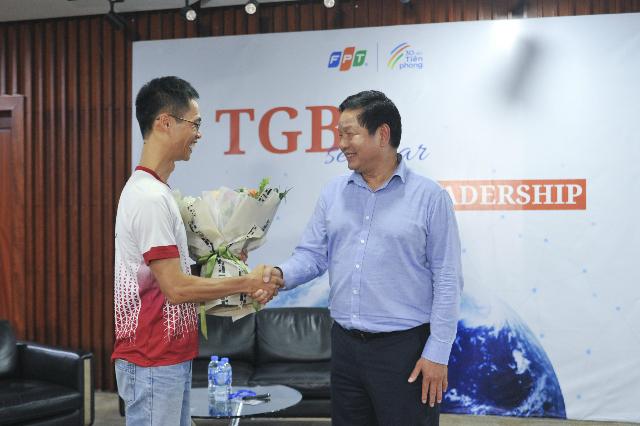 Chủ tịch FPT trao hoa và bắt tay diễn giả. Ảnh: Ngọc Trâm
