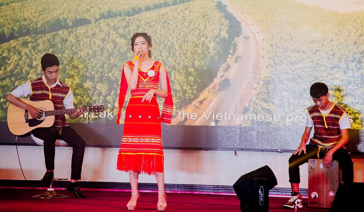 Tại cuộc thi, nữ sinh đã bộc lộ được tài năng ca hát cũng như khả năng làm chủ sân khấu trong tất cả các phần thi.