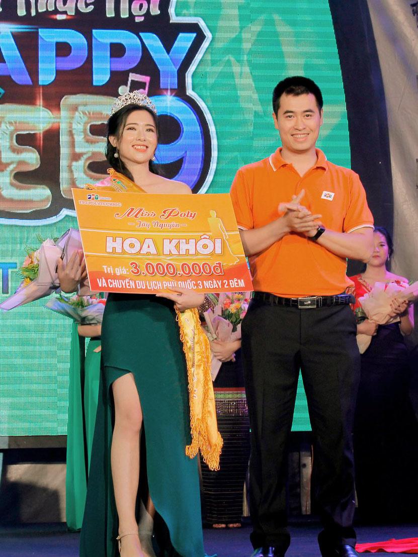 Giám đốc FPT Polytechnic - anh Vũ Chí Thành trao danh hiệu Quán quân Miss Poly Tây Nguyên cho thí sinh Đặng Thị Thuỳ Mỹ. Cô nàng cũng được Ban giám khảo đánh giá là mẫu người tràn đầy năng lượng và thể hiện nét đẹp rieng trong suốt cuộc thi.