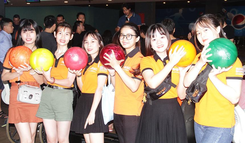 Sáng nay (ngày 3/8), giải Bowling FPT miền Trung chính thức được khởi tranh tại tầng 5 tòa nhà Lotte Mart, TP Đà Nẵng. Sân chơi quy tụ gần 100 vận động viên đến từ các đơn vị thành viên đã tham gia tranh tài.