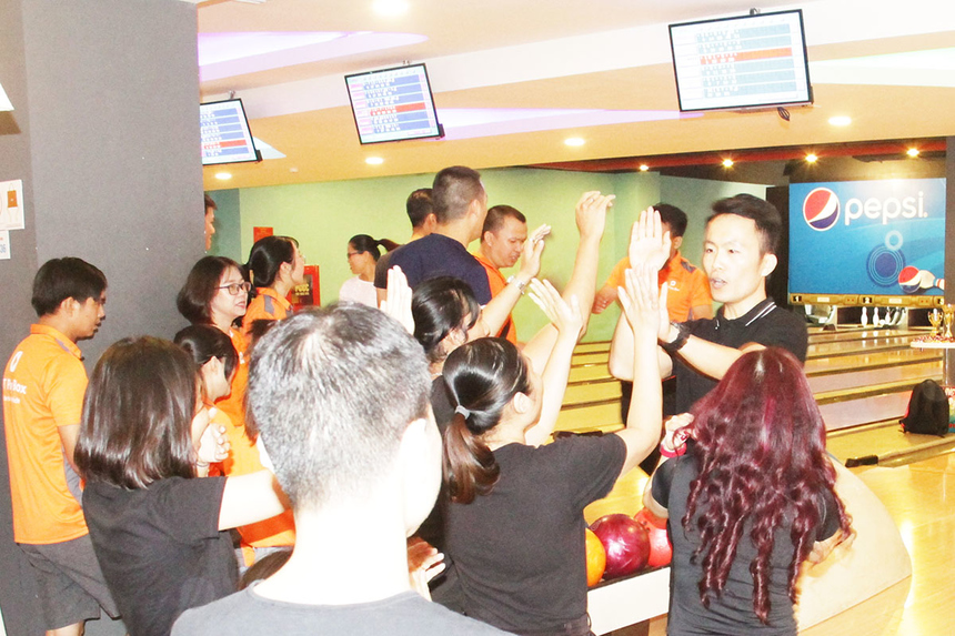 Ở những lượt thi đấu đầu tiên, các đại diện FPT Software cho thấy sức mạnh vượt trội. Đây cũng là đơn vị thường xuyên tổ chức giải bowling để CBNV giao lưu.