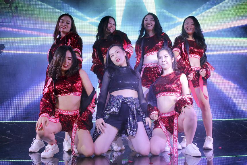 """Viện Quản trị & Công nghệ FSB mang lên sân khấu những vũ điệu vừa sexy vừa cá tính trên nền nhạc của bản hit """"Hãy trao cho anh""""."""