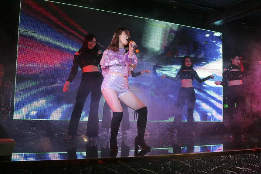 """Là cô gái duy nhất dự thi với tiết mục hát, bóng hồng BTEC FPT cùng dàn phụ họa đông đảo trình diễn ca khúc """"Em muốn anh đưa em về""""."""