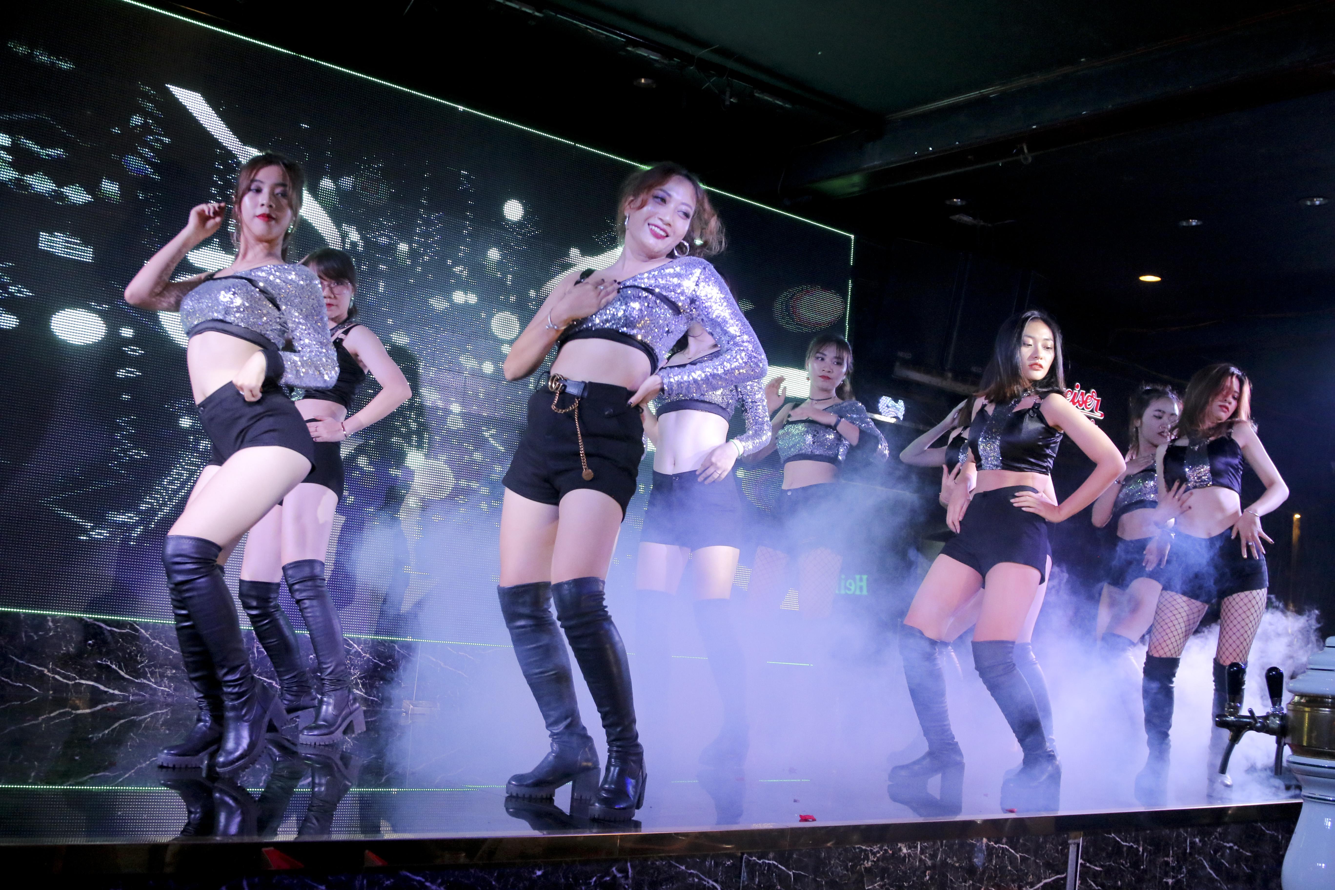 """Và """"cú nổ"""" cuối cùng đến từ liên quân ĐH FPT và THPT FPT Hòa Lạc với phần sexy dance nóng bỏng."""