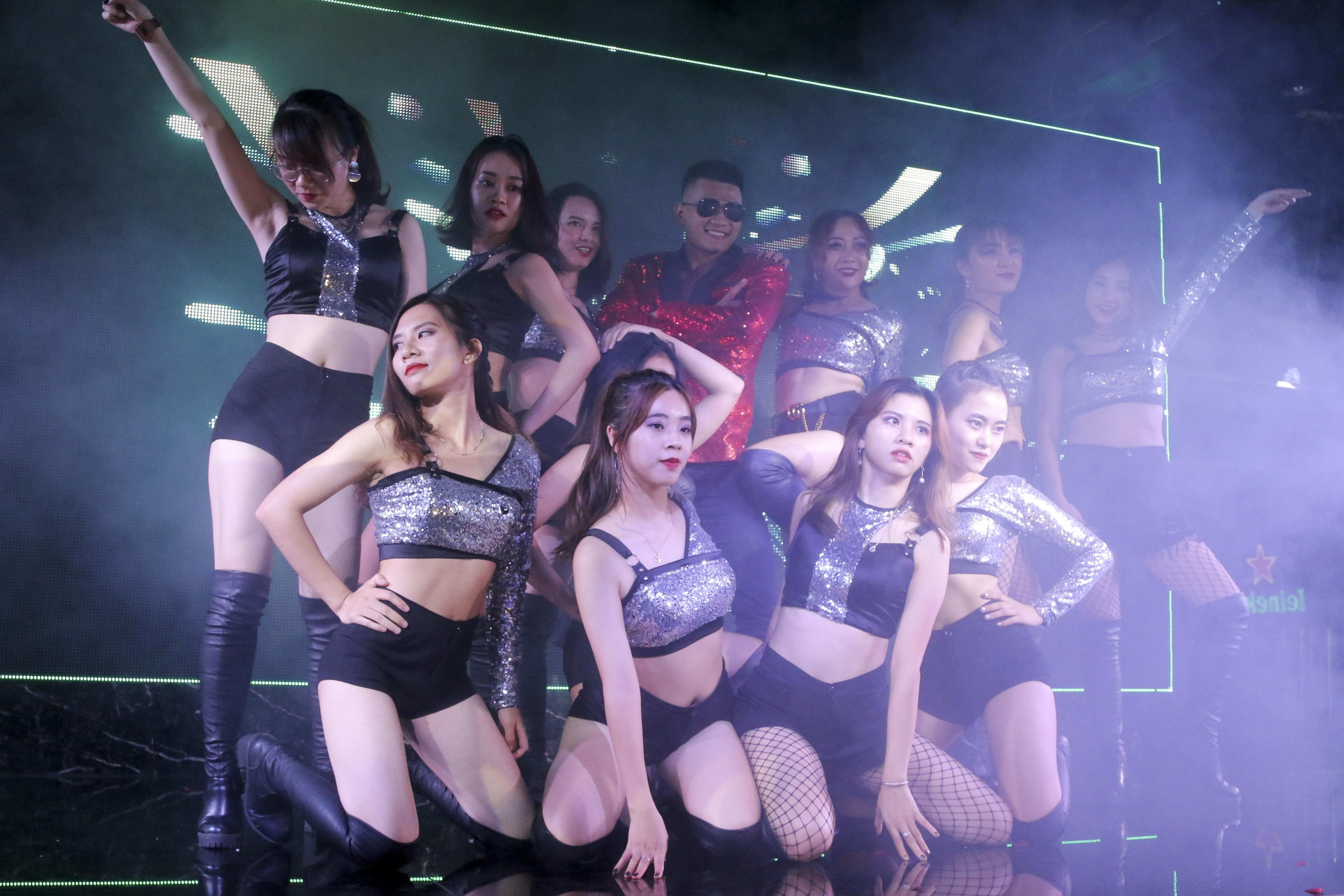 Các nữ cán bộ, giảng viên trường F lột xác hoàn toàn trên sân khấu.