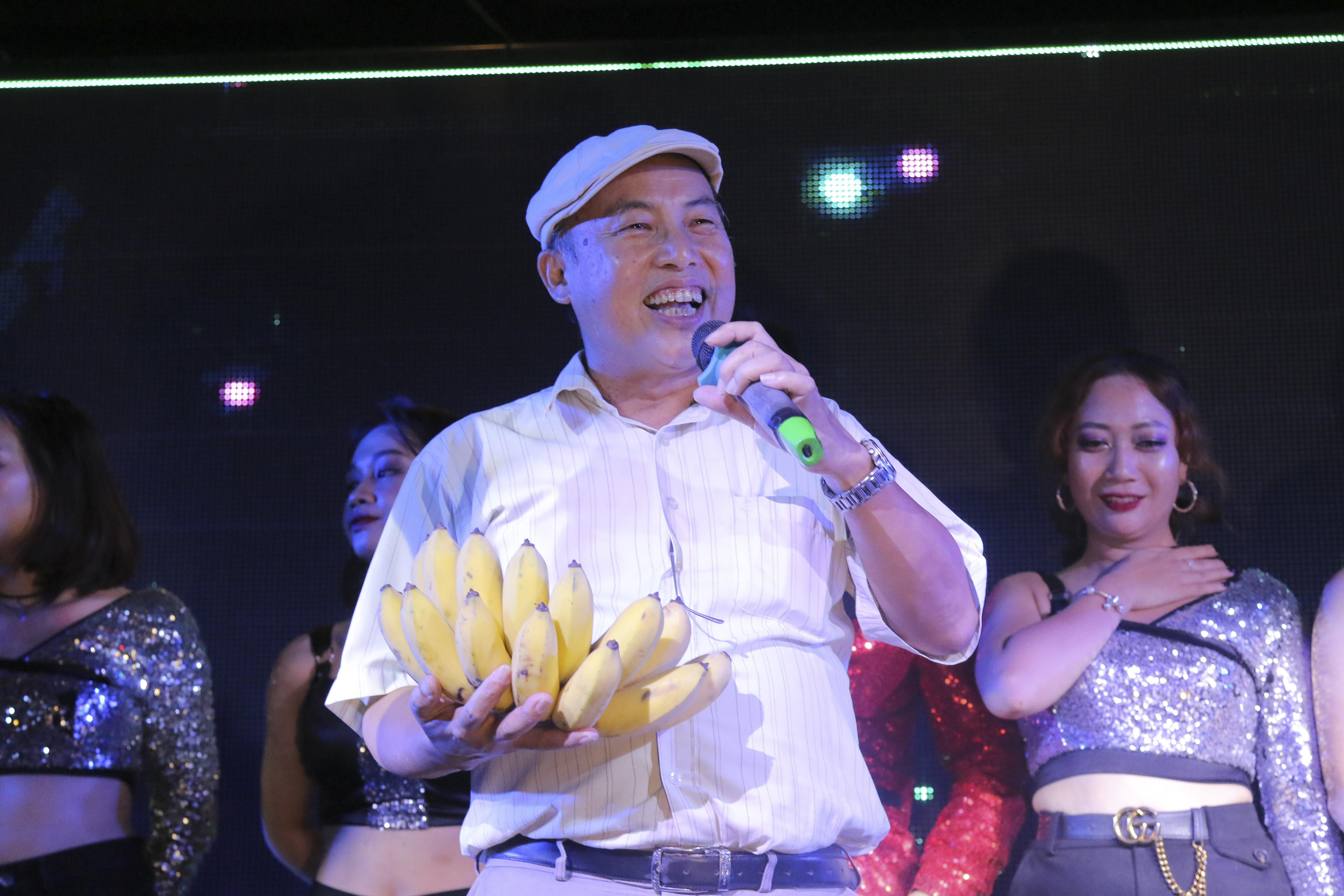 Món quà dành cho đội giải nhất là một... nải chuối siêu to khổng lồ được trao bởi thầy Trần Đình Trí - giảng viên IT ĐH FPT.